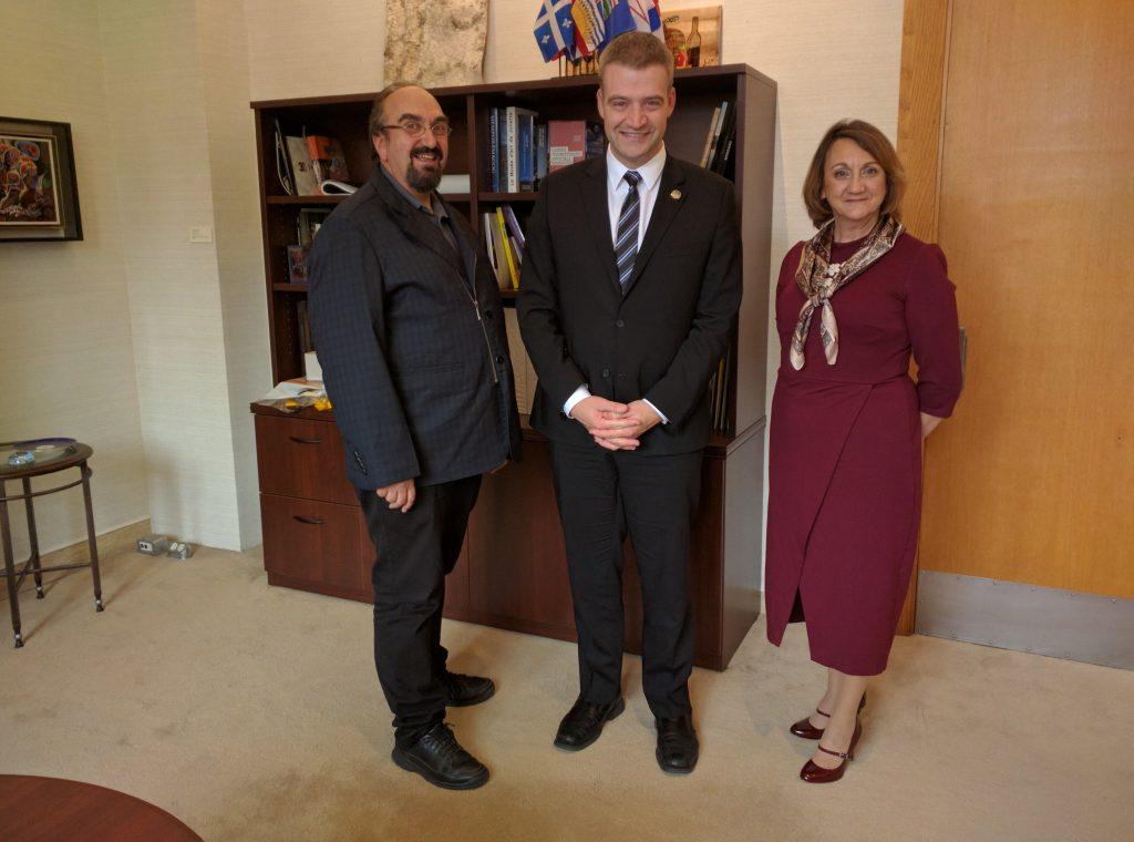 Le ministre de la Culture et des Communications, Luc Fortin en compagnie de Kristina Jensen, la présidente de l'AMECQ et Yvan Noé Girouard, le directeur général de l'AMECQ. Photo : Mélanie Gravel
