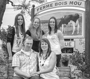 Assis à l'avant-plan, Mario Lefebvre et Denise Joyal; à l'arrière, de gauche à droite : Molyka, Kathy et Patricia.